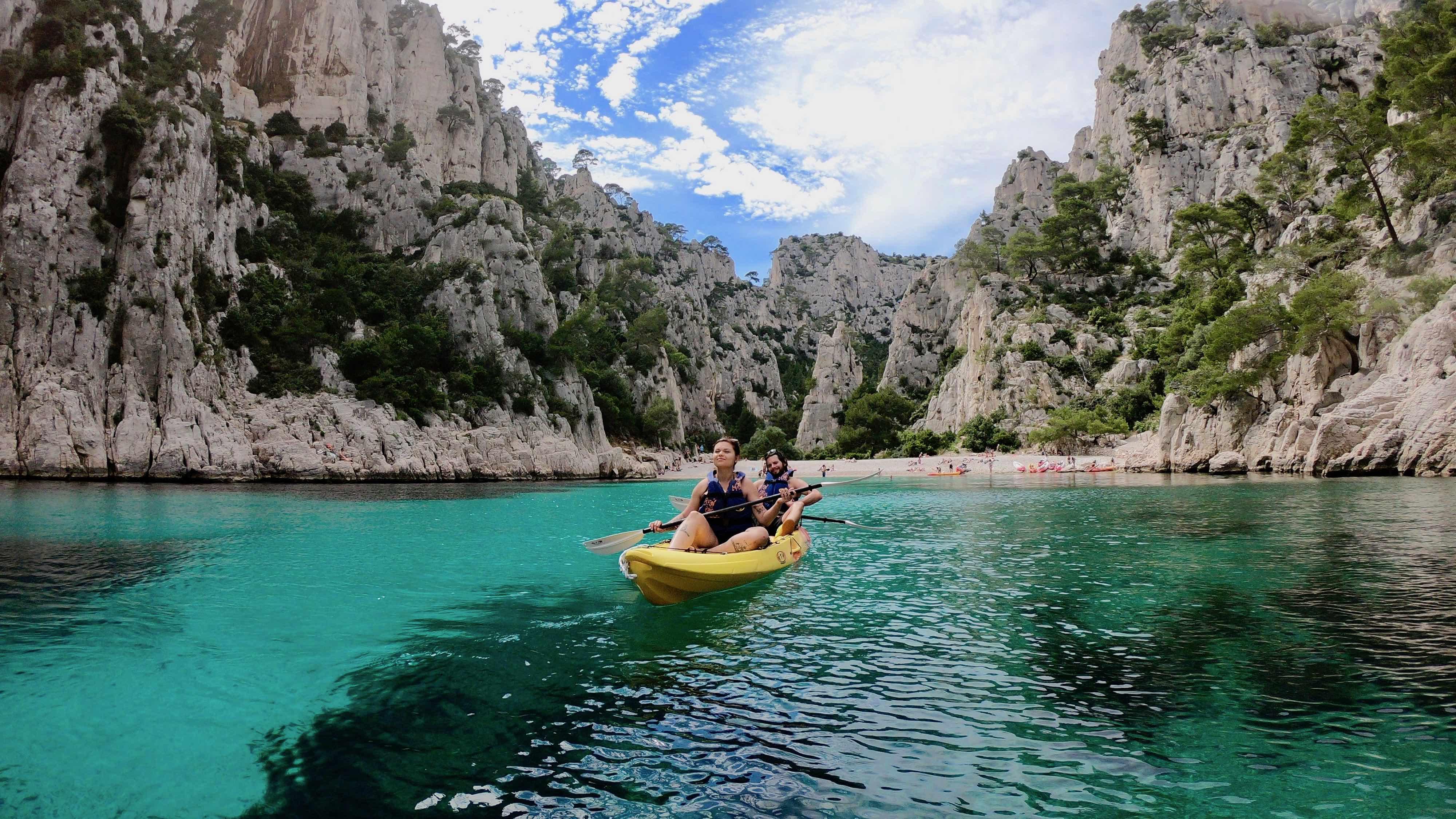 """alt=""""randonnée avec guide en kayak de mer dans les calanques de cassis et de marseille"""""""